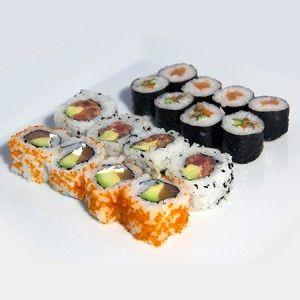 Maki mix 16: 4 sake roll (salmon, queso, aguacate y huevas) 4 tataki uramaki (atún picante, aguacate y sésamo) 4 makis vegetales 4 makis de salmón