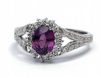 Zlaté zásnubní prstýnky | Luxusní zásnubní prsten s červenofialovým safírem…