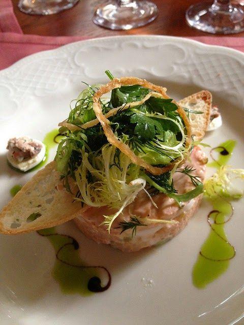 Recette de salade russe, macédoine à la moscovite, - Une délicieuse salade composée servie avec une mayonnaise montée à la gelée de viande. Elle est composée de tomates, d'oeufs durs, de betterave, d'haricots verts, de ciboule hachée, parfumée à l'estragon. Elle est servie en entrée ou en apéro, en mini tartelettes, barquettes, mini pain au lait creusés, sur fonds d'artichauts cuits...  Elle trouve aussi sa place en bento ou en lunchbox pour les repas au bureau.