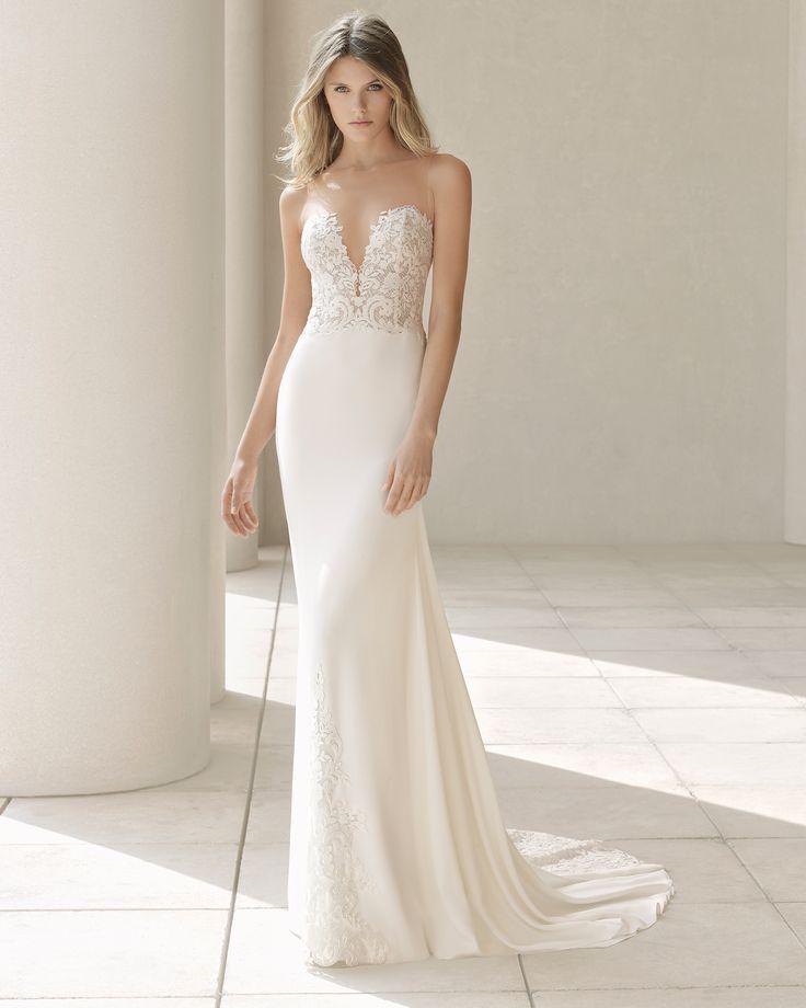 """Это простое и элегантное платье-футляр из шелкового крепа состоит из юбки с аппликацией из гипюра поверх кружева шантильи и простого лифа с очень глубоким вырезом-""""сердечком"""" и глубоким чувственным вырезом на спинке. Платье дополняет накидка из креп-жоржета с такой же аппликацией, как на платье, придающая наряду элегантность и гармоничность. - Коллекция свадебных платьев 2018 г. Коллекция Rosa Clará Couture"""