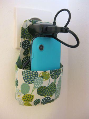 chargeur smartphone avec une bouteille de shampoing type DOP