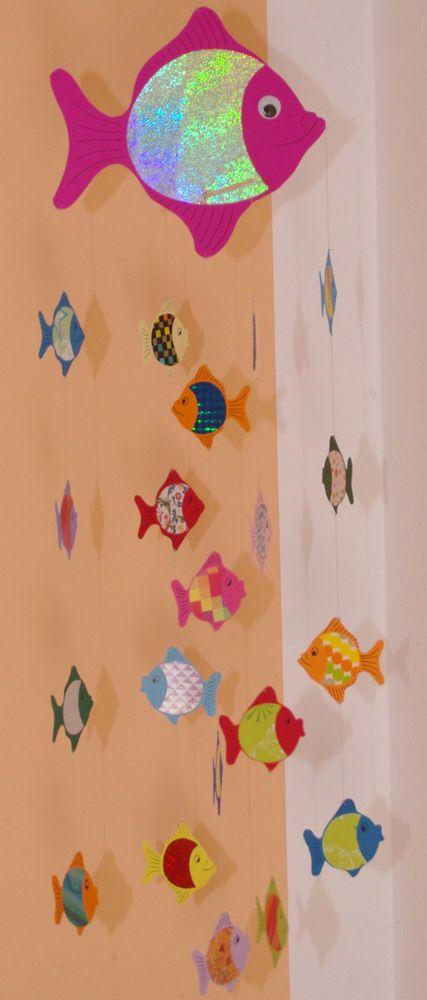 Pinkes Fisch-Mobile aus Tonkarton für Wickelauflage, Laufstall, als Fensterbild