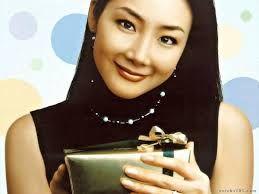 """Después de su lanzamiento en korea, al llegar a tierras niponas, donde fue bautizada como """"La Reina de los dramas coreanos"""" sobrenombre con el que se le conoce también mundialmente, después continuo su racha de éxito como actriz en el drama Escalera al Cielo."""