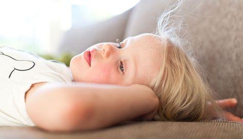 Mit Kindern zur Ruhe kommen: Stille finden Auch eine Idee für die Aufmerksamkeit: Alltagsgegenstände von Nahem fotografieren und das Kind raten lassen, worum es sich handelt.