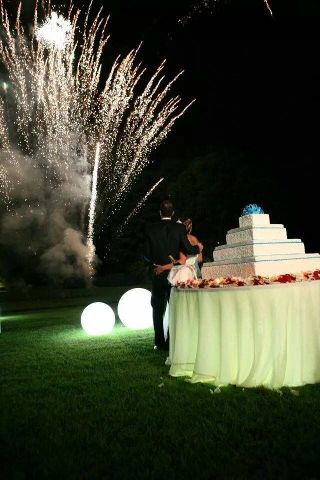 sfere lunimose, taglio della torta, fuochi d'artificio