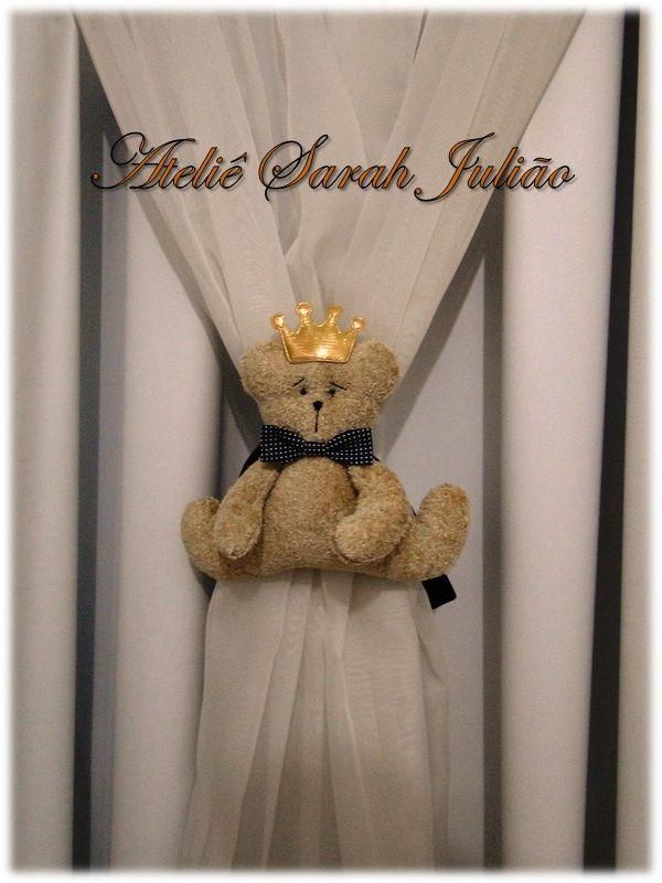 Abraçadeiras de cortinas com ursinhos felpudos no tema realeza. Fechamento com amarração de tiras de tecido tricoline.