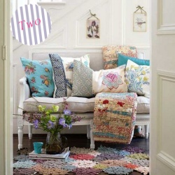 Pillows, flowers .... beautiful !: Decor Ideas, Benches, Shabby Chic, Interiors, Cottage, Colors, Cushions, Rugs, Pillows