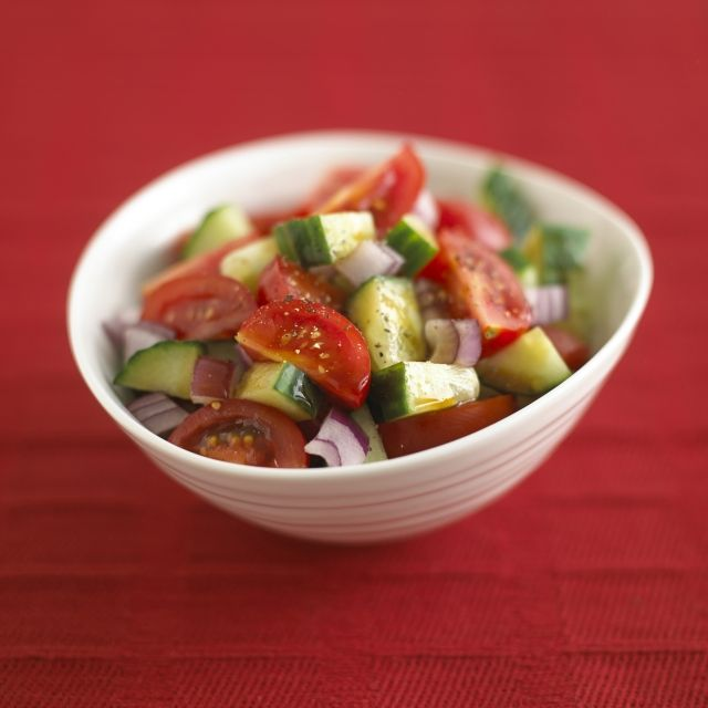 Komkommer-tomatensalade met pittige pruimensaus
