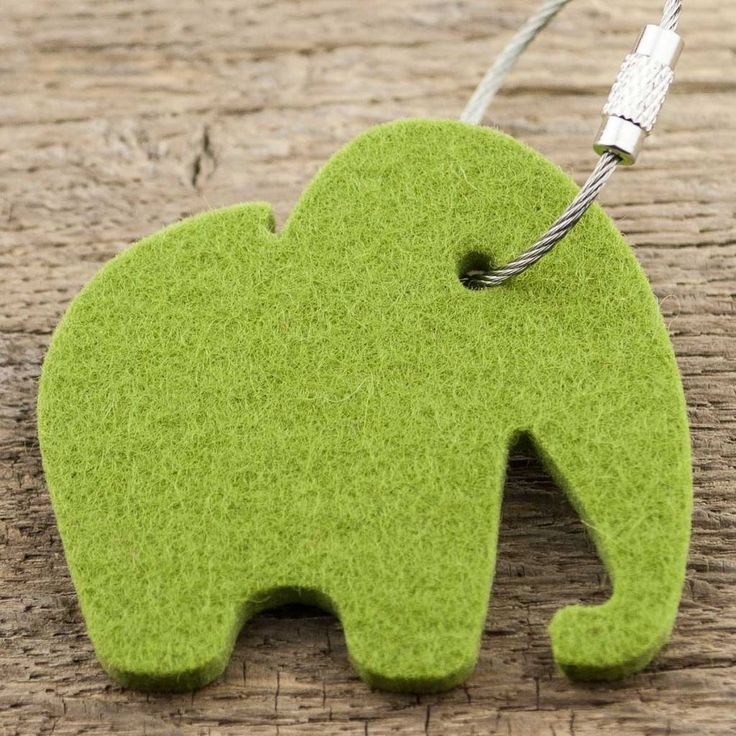 Filz Schlüsselanhänger Elefant mit Schlüsselring aus Edelstahl: Das Symbol für Weisheit, Kraft und Klugheit – Das Rüsseltier aus 5 mm Wollfilz in moos grün.
