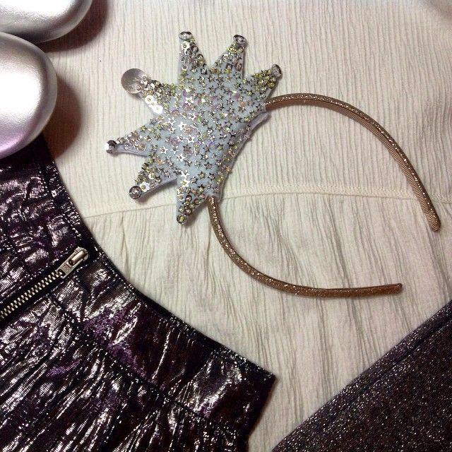 There will be Christmas show in the infant school today! My little girl is going to ba a star ;) That's why I made a sequin starry hairband for her - blink! blink! :D Oh! And I must say I'm proud of myself ;) #sequin #felt #starry #blink #hairband #handmade #diy #kidsfashion #proudmum #queenzoja #black #white #silver