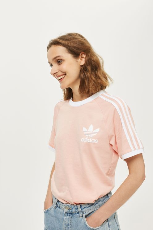 Embrace the sporty look all year round with the iconic 3-stripe tee in a summery pink update. Finished with the trefoil logo to the front, we're tucking into high waist jeans for a laidback feel.