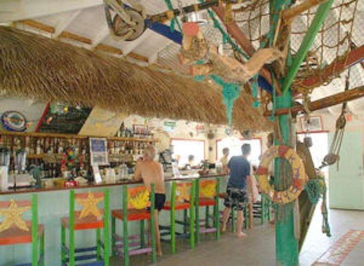 A 'CNN' separou uma lista de alguns dos melhores bares de praia do mundo. Conheça: o Beach Club @ ME (Cancun, México) - Neste bar você pode mergulhar da piscina para o mar. O local tem uma piscina infinita que liga o bar à praia e é cercada por espreguiçadeiras para os visitantes relaxarem. Os clientes podem se servir em um bar aquático. Aos finais de semana, DJs se encarregam de promover o agito da noite Foto: Divulgação