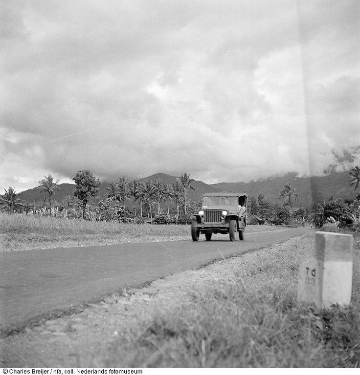 Een jeep rijdt over een verharde weg in de omgeving van Bandung, Indonesië (1948-'49). 1 januari 1948 tot 31 december 1949
