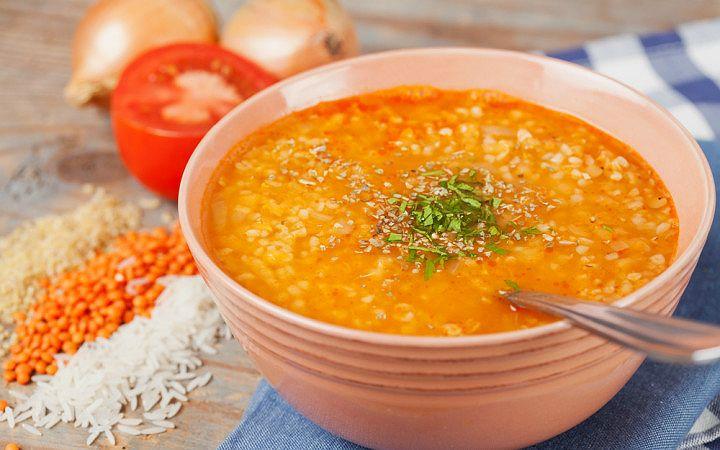 Ezogelin çorbası; bereketli, besleyici, lezzetli olmasının yanı sıra mercimek çorbası ile olan rekabetiyle tüm kebapçıların olmazsa olmaz çorbalarından.