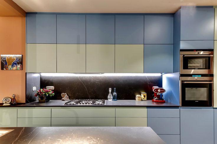 Cuisine contemporaine laquée, plan de travail en Dekton, fours Siemens.