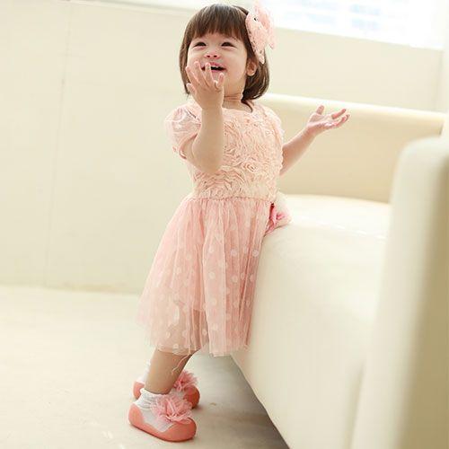 生体力学に基づいて作られたつま先が広いユニークは形状は、赤ちゃんの歩行トレーニングを優しくサポート。靴下と靴が一体となった、ファーストシューズにも最適な【Attipas(アティパス)】ソックスシューズのcuna select(クーナ・セレクト)の商品詳細ページです。