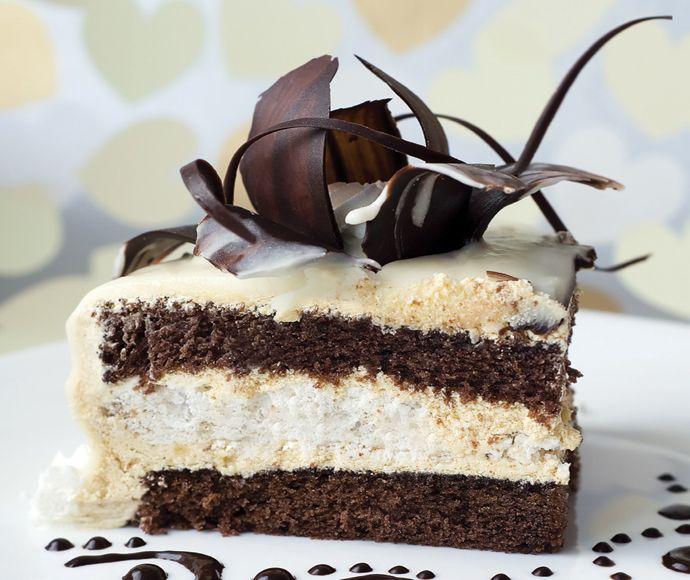 Laagjestaart van witte en donkere chocolade