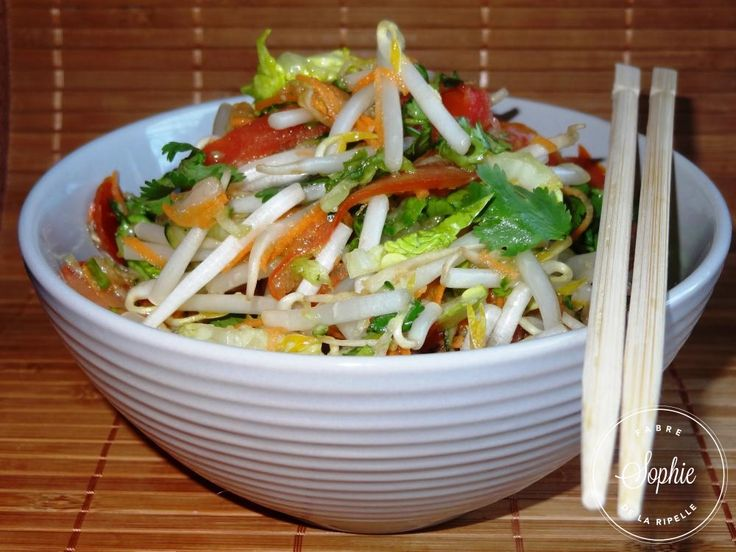 Tremper les germes de soja dans de l'eau froide pendant la préparation du reste de la salade puis les égoutter à la fn. Laver le concombre soigneusement et éplucher la carotte, râper ces deux légumes. Laver et