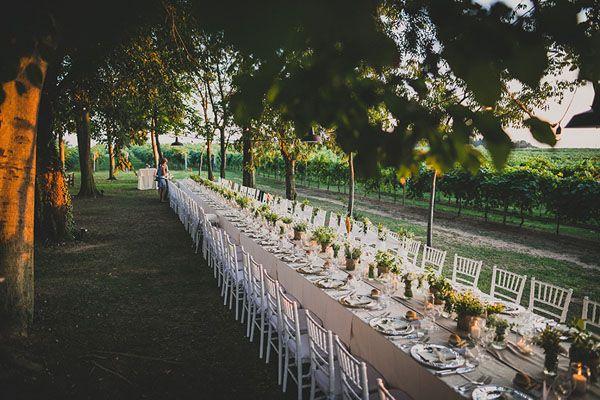long rustic wedding table http://weddingwonderland.it/2016/01/matrimonio-rustico-all-aperto.html