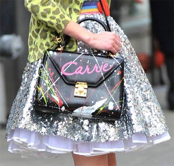 E apareceu até na TV: a própria Carrie Bradshaw customiza a bolsa da mãe na série