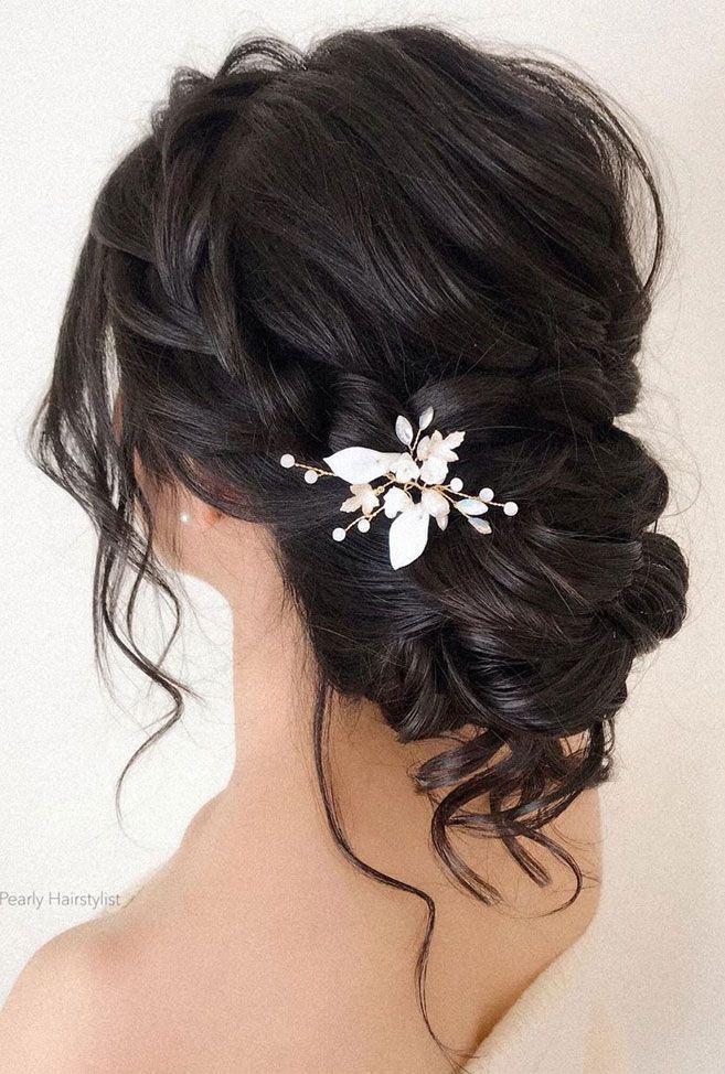 Die romantischste Brautfrisur für einen eleganten Look, wenn es um Hochzeit geht. Sie haben sich Perfektion für diese vorgestellt, seit Sie ein wenig