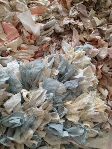 Come foglie, tappeto morbido e divertente: versatile per ogni ambiente.  Dimensioni: 60x110 cm  Lavaggio: 30º, non candeggiare, stirare moderato.