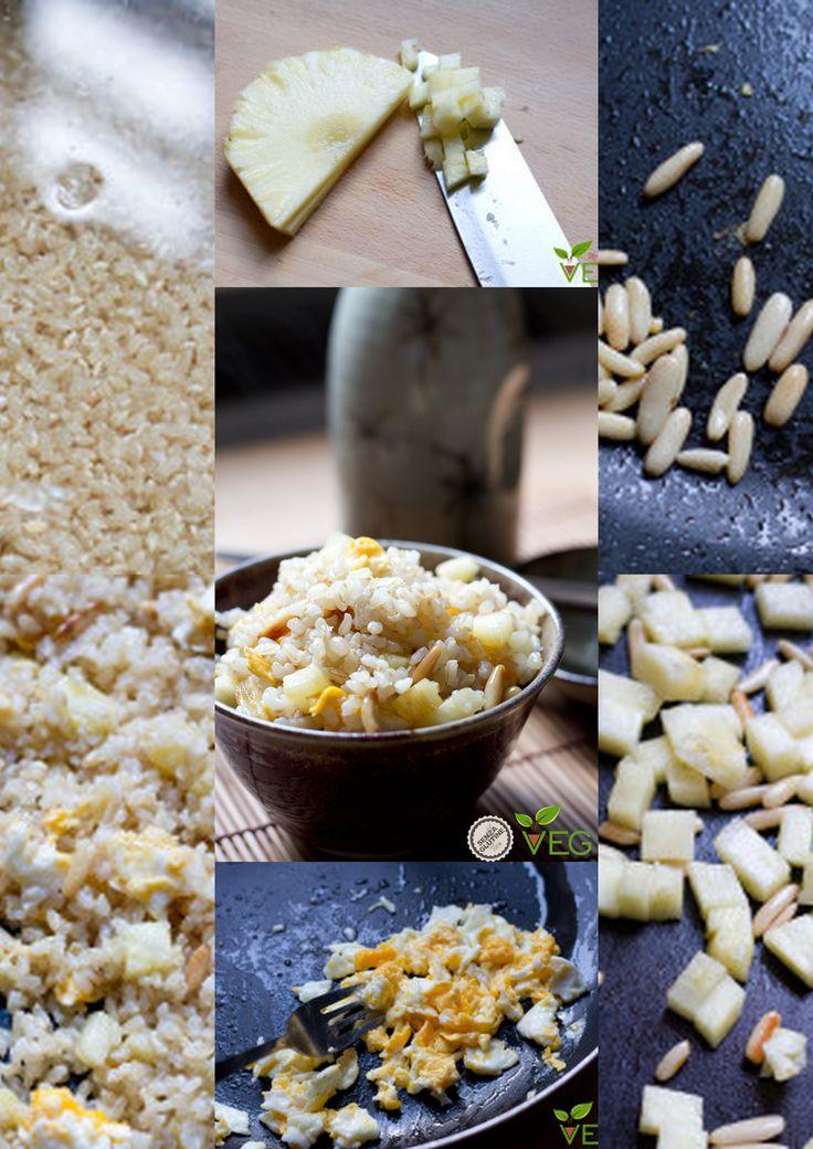 Cuocere il riso, tagliare l'ananas, tostare i pinoli e preparare un uovo strapazzato. Aggiungere ai pinoli l'ananas e lasciare caramellare e mettere il riso e l'uovo e far saltare il tutto.
