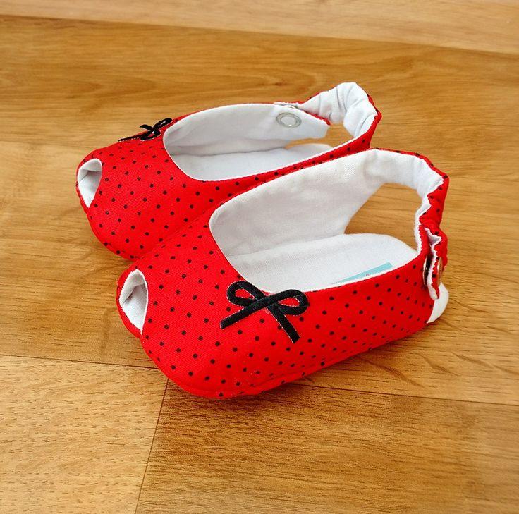 Sapatinho modelo Peep Toe, feito em tecido 100% algodão (externo e forro) com manta acrílica estrutural.    Tamanho P: 10 cm (recém-nascido até 3 meses)  Tamanho M: 11 cm (4 a 7 meses)   Tamanho G: 13 cm (8 meses a 1 ano)    Dica para acertar no tamanho:  Meça o comprimento do pezinho do bebê (do...