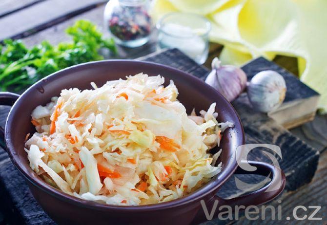 Chutný zeleninový salát se základem z bílého zelí, který je velmi oblíbený v mnoha restauracích i fast foodech pro svou snadnou přípravu.