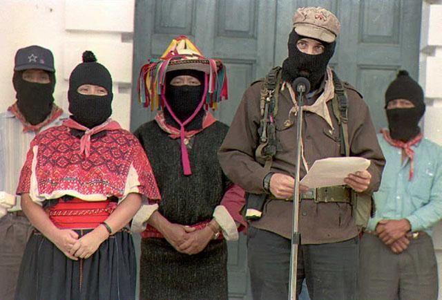 El subcomandante Marcos del Ejercito Zapatista de Liberación Nacional (EZLN), acompañado de líderes guerrilleros indígenas, lee un comunicado durante las negociaciones con el el gobierno en San Andres Larrainzar, Chiapas, en Julio de 1996. Foto AFP/Oriana Elecabe