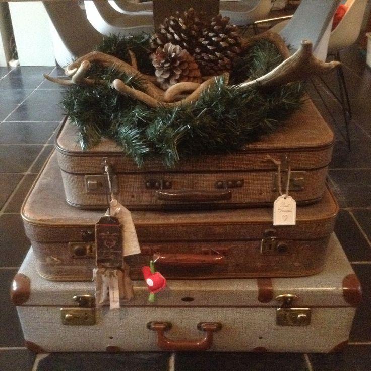 Oude koffers in kerstsfeer