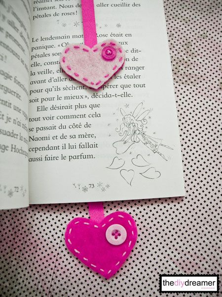 Bookmark { Felt Heart } – How to make a bookmark - TheDIYDreamer.com #bookmark #felt #heart #feltheart #feltbookmark #valentine #valentinegift