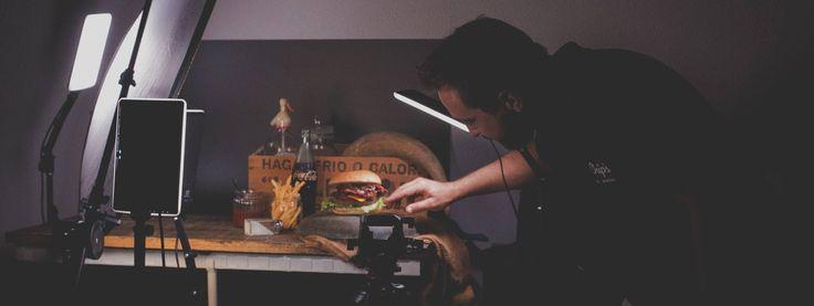 Preparando el set... ¡qué nos gusta una sesión fotográfica en nuestro estudio! #publicidad #fotografía #fotografíapubicitaria #fotografíadeproducto #fondomadera #hamburguesa #fotografíagastronómica #yummy #burguer #Chips