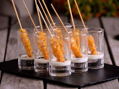 Receta | Brochetas de langostinos con parmesano y albahaca - canalcocina.es