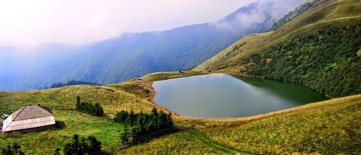 6 Lacuri din Romania in care sa te racoresti in zilele caniculare: Lacul fara fund, judetul Buzau.