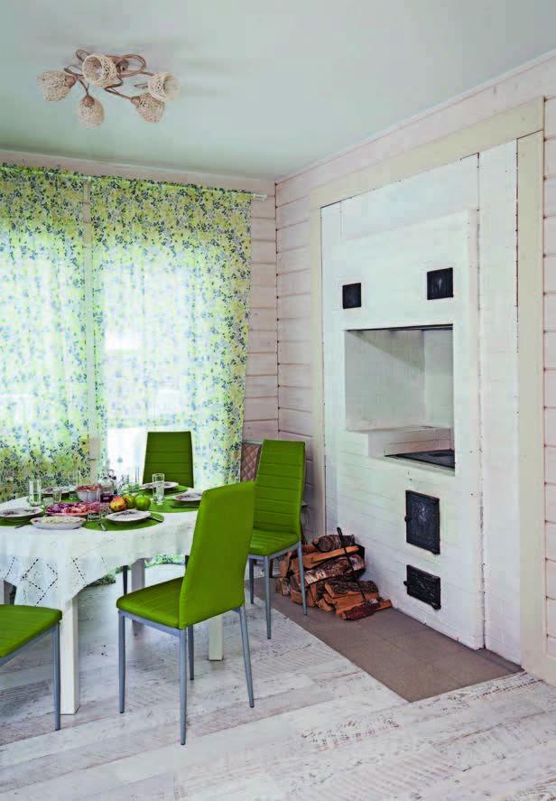 Кухня, объединенная со столовой, прекрасно подходит для семейных ужинов: за большим столом может с комфортом разместиться вся семья.