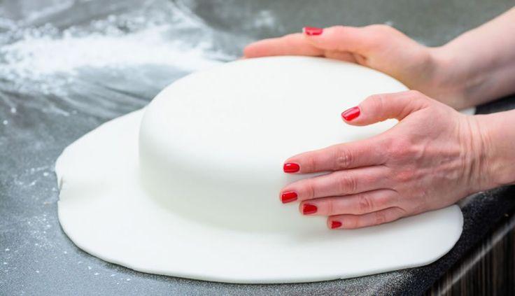 Η ζαχαρόπαστα είναι μια πολύ γλυκιά ζύμη ζάχαρης. Χρησιμοποιείται συχνά απο τους επαγγελματίες της ζαχαροπλαστικής για στολισμό των γλυκών τους. Πλεον όμως πολλές μαμάδες δημιουργούν μόνες τους τα πιο νόστιμα γλυκά. Γιατί λοιπόν να μην …