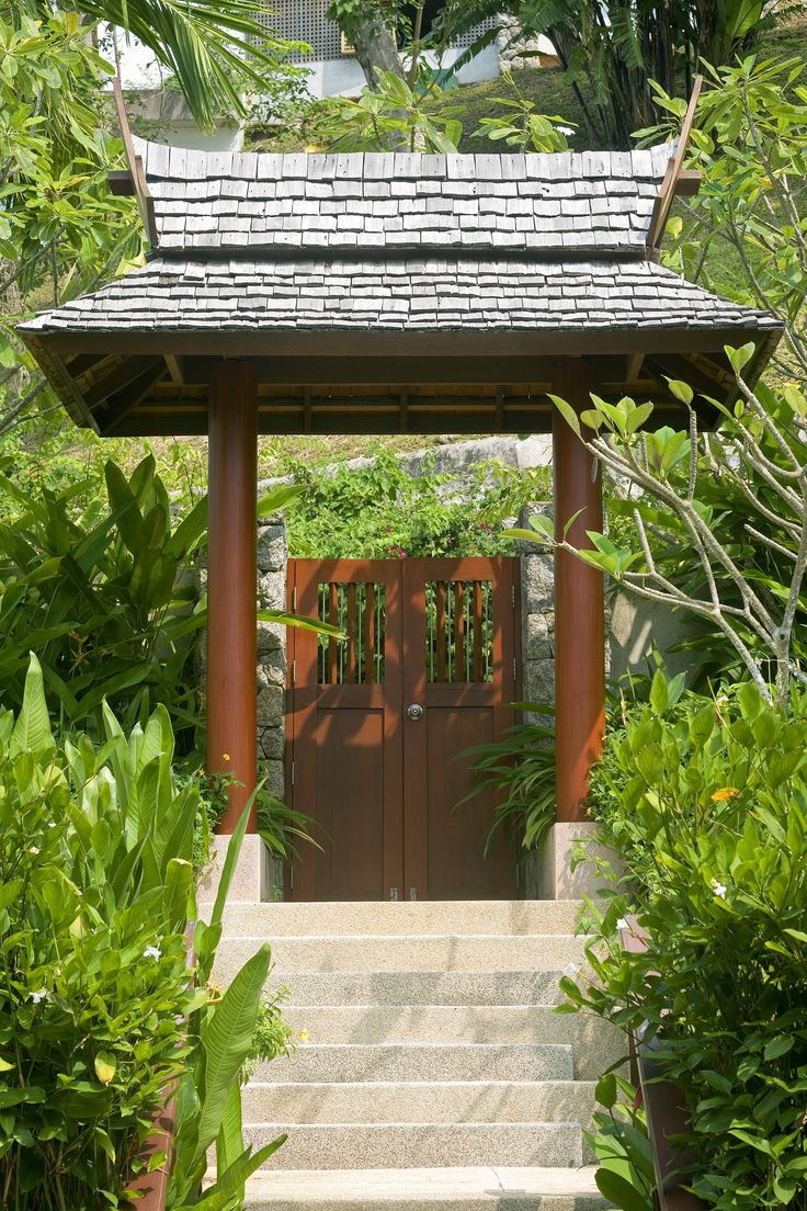 Asian-themed walkway with wood columns, a wood gate and a wood shingle roof. Clearly, this design does not apply to all, but it looks pretty cool. #gate #entry