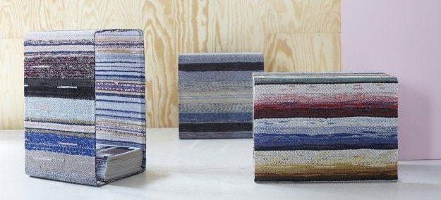 """Il designer svedese Lars Hofsjö trae dalla tradizione l'ispirazione per la linea di arredamento di eco design e realizza tavoli e mobili da vecchi tessuti. L'obiettivo del designer è quello di amalgamare elementi del design moderno con riferimenti alla storia e all'artigianato di qualità. """"Ho deciso di trasformare i tappeti fatti con pezzi di stoffe in mobili dalle linee moderne, ma vestiti con materiali """"antichi"""""""