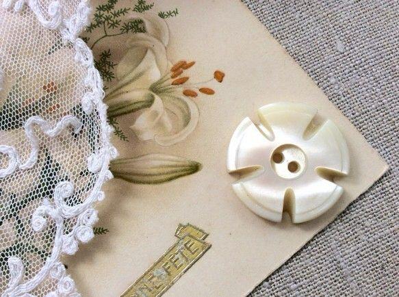 英国ヴィクトリア時代(1837年-1901年)に作られたマザーオブパール(白蝶貝)のボタンです。繊細なカッティングで、5枚の花びらを持つお花のような形に彫り込...|ハンドメイド、手作り、手仕事品の通販・販売・購入ならCreema。