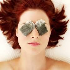 Leg afgekoelde theezakjes op gezwollen ogen...