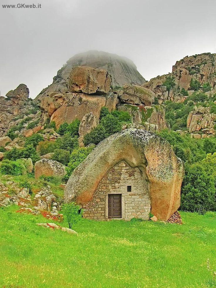"""Pulchiana Una capanna di pietra e il Monte Pulchiana in background, Gallura, in Sardegna. Si tratta di una tipica """"conca fraicata"""", il nome dato a tali edifici. L'uso di costruire muri di adattarsi grandi rocce scolpite naturalmente è molto antica qui. Montare Pulchiana è il più grande """"inselberg"""" in Italia. In realtà, si tratta di un enorme montagna fatta di un unico blocco di pietra by Giovanni and Caterina Grosskopf on 500px"""