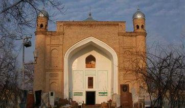 Мавзолей Шейха Зайнудина расположен на территории старого мусульманского кладбища. Мавзолей был возведен в XVI веке, по указанию Амира Темура (Тамерлана) перед его индийским походом. Позднее здание было перестроено. Его высота составляет более 20 метров, а размеры основания – 16 х 18 метров. Вход в мавзолей обрамлен величественным порталом. Рядом с мавзолеям сохранилась чиллахона – подземная келья для молитв. Мавзолей и старое кладбище являются одной из главных достопримечательностей города.