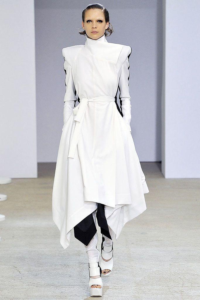 Gareth Pugh Spring 2009 Ready-to-Wear Fashion Show - Kim Noorda