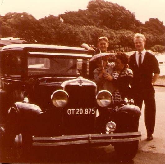 Vores gamle Chevrolet - årgang 1930. Jeg har armen på taget