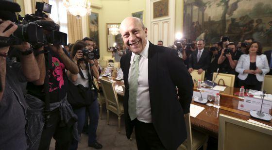 La presión de las autonomías obliga a Wert a revisar las becas | Sociedad | EL PAÍS/ 20 de junio de 2013