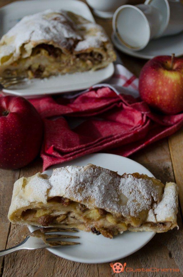 Strudel di mele è un delizioso rotolo di pasta ripieno di mele, uvetta e nocciole aromatizzato alla cannella. Ottimo per una golosa colazione o merenda.