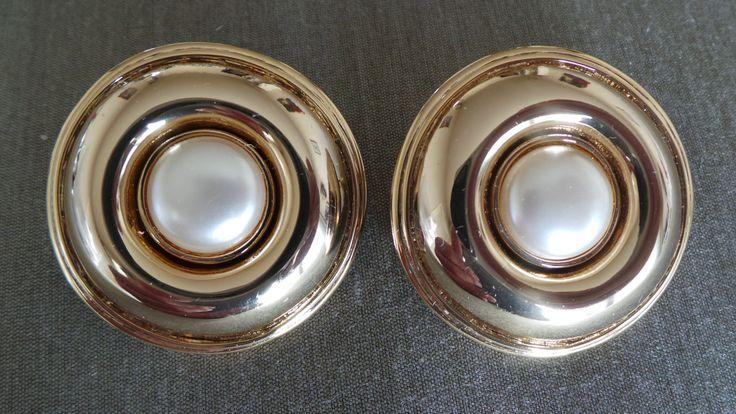 Larges Boucles d'oreilles earrings Balenciaga vintage Métal doré fausse perle nacre de la boutique ricomontmartre sur Etsy