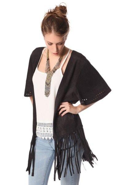 *Zwart jasje in faux-suede.  Open voorkant met franjes,zoom en kimono-stijl mouwen.   Steekzakken in de zijkanten.  Supergaaf vest in ibiza/boho style makkelijk en multi te combineren.  Relaxed Fit!