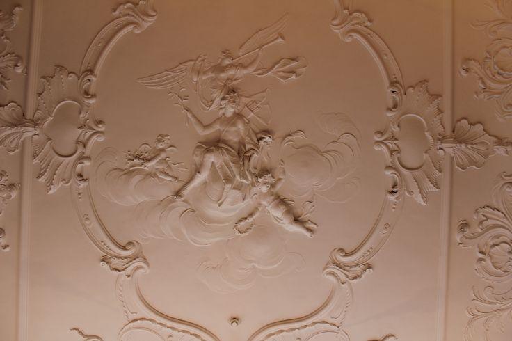 Eén van de vele mooie plafonds in huis Huguetan.